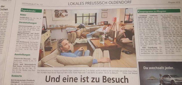 Ein Zeitungsartikel und ein rotes Sofa